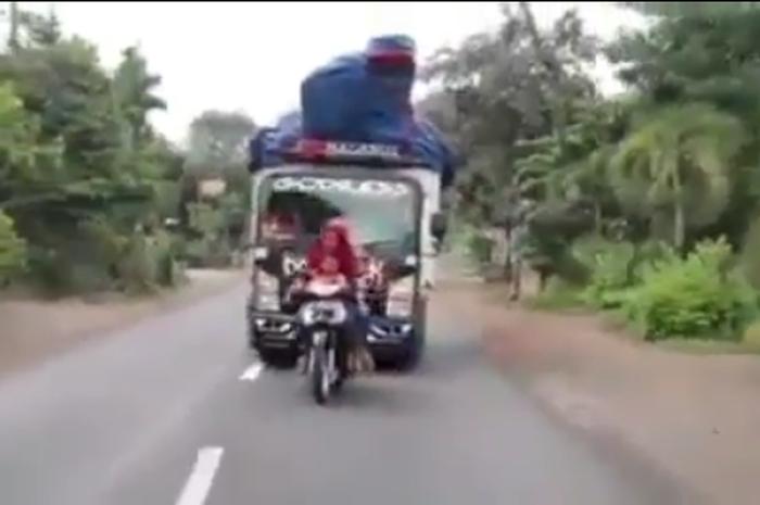 Pemotor Honda Supra belok sembarangan, hampir ditabrak truk dari belakang