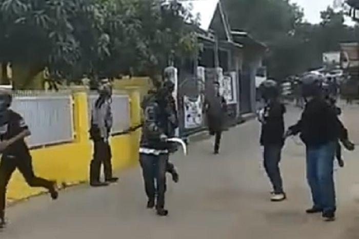 Ormas GIBAS dan BPPKB terlibat bentrokan di Bandung, Jabar.
