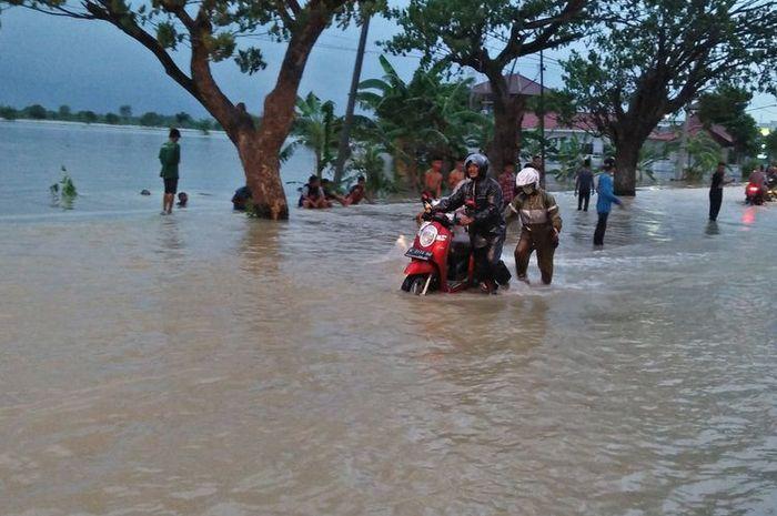 Para siswa SMK YPI Darussalam 1 Cerme, Gresik, Jawa Timur, buka bengkel dadakan untuk memperbaiki motor yang mogok karena banjir.