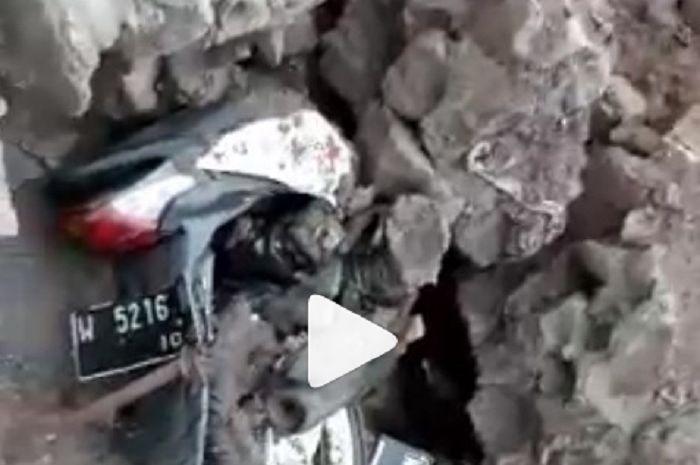 Honda BeAT Karyawan Wisata Cimory Dairy Land hancur tertimbun tanah longsor.
