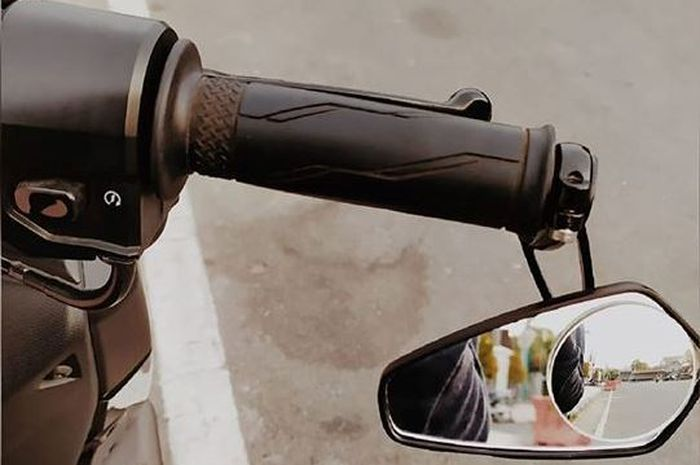 Ilustrasi spion model jalu di Yamaha NMAX. Lagi Ngetren, Pakar Safety Riding Bilang Begini Soal Spion Bar End