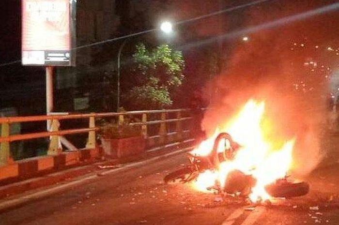 Dua sepeda motor terbakar setelah terlibat tabrakan di Flyover Cimindi, Kota Cimahi, pada Sabtu (11/1/2020) sekitar pukul 22.15 WIB.