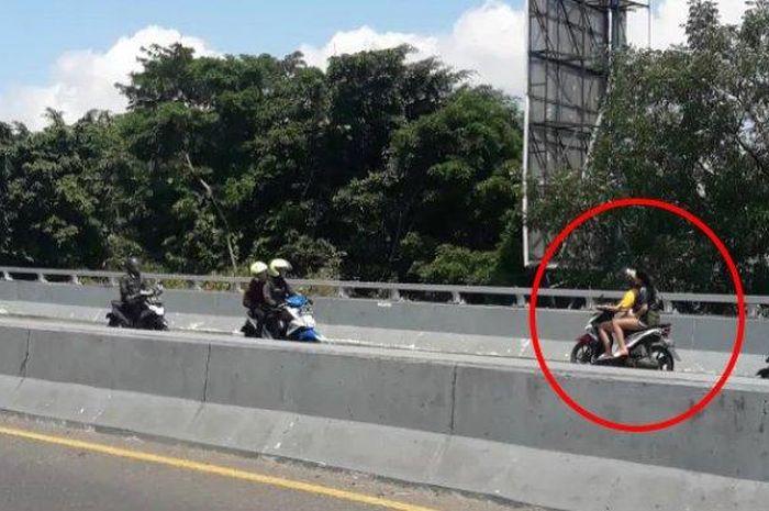 Aksi nekat pengedara motor melawan arus di Jalan Layang Pasupati, Selasa (14/1/2020).