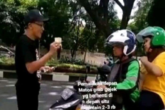 Bapak tua melakukan pemalakan kepada driver ojol di Malang, Jatim.