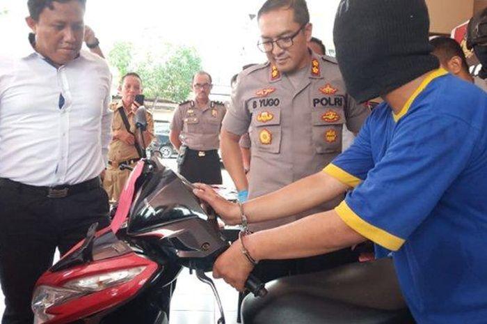 Seorang maling motor berhasil ditangkap polisi karena lupa menghapus iklan motor curiannya di Facebook seharga Rp 2,7 juta.