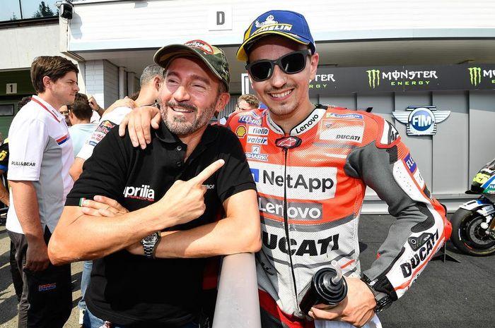 Unik, Max Biaggi dan Jorge Lorenzo adalah dua pembalap MotoGP beda zaman tapi saling mengidolakan satu sama lain. Uniknya lagi keduanya dinobatkan sebagai Legenda MotoGP tahun ini
