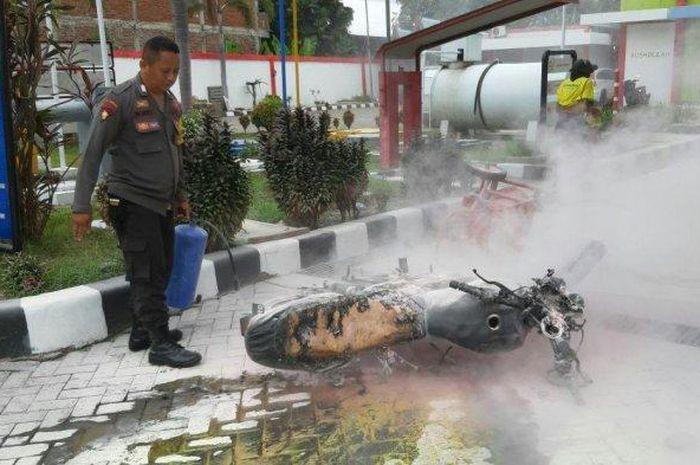 Sebuah motor Suzuki Thunder terbakar di SPBU Ammassangeng, Jl Sawerigading, Sengkang, Kabupaten Wajo, Sabtu (18/1/2020).