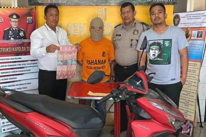 Viky Hadi (30) warga Jalan Pelajar Timur ditangkap karena menjambret di Jalan Karya Bakti.