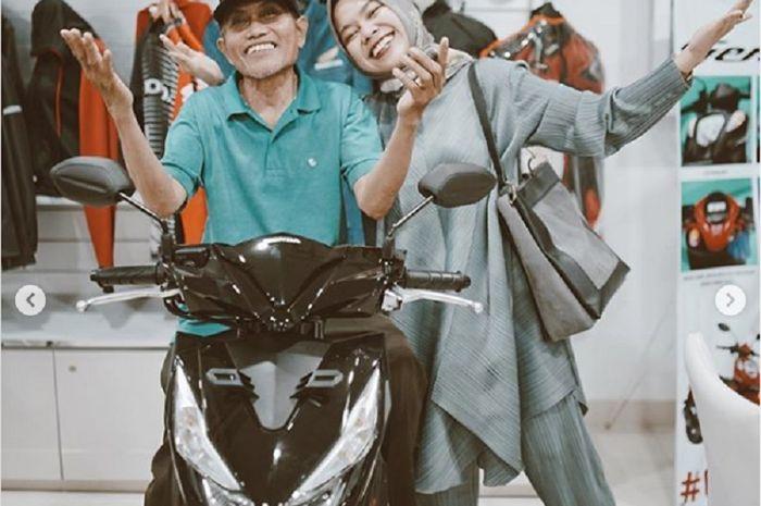 Seorang driver ojek online (ojol) di Bogor, Jawa Barat, viral karena handphone yang rusak dan belum dapat order hingga tengah malam.