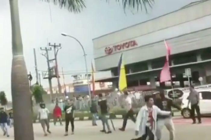 Bentrokan dua kelompok massa pecah di Bogor, Jabar.