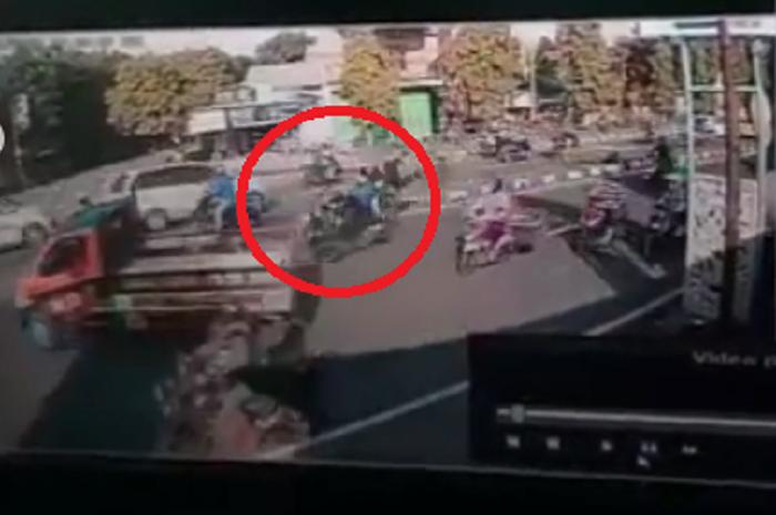 Video detik-detik Yamaha NMAX ditabrak Kawasaki Ninja di Sukoharjo