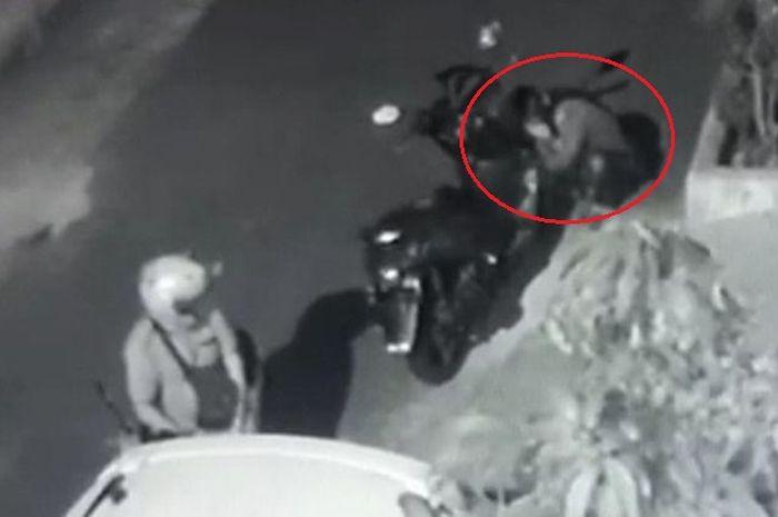 Hasil rekaman CCTV. Maling sedang mencuri Yamaha NMAX milik Armi Defrizal, jongkok dan pakai korek