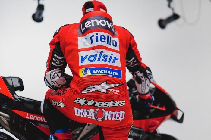 Andrea Dovizioso tak lagi mengusung julukan Desmodovi di belakang racing suitnya di musim ini, menggantinya jadi Undaunted