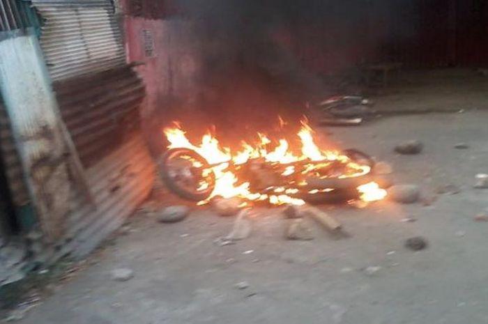 Hati 2-stroke lovers ambyar, seorang anak tega membakar motor Yamaha F1Z-R milik ayahnya lalu digantung ke tiang listrik.