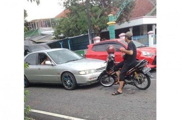 Sebuah mobil ketahuan 'ngeblong' saat macet, langsung enggak bisa berkutik saat dihadang motor Suzuki Smash di Klaten, Jawa Tengah, (25/1/2020).