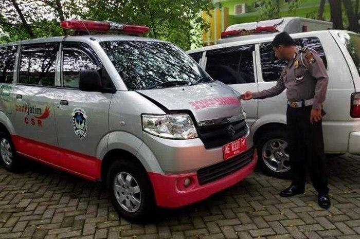 Seorang pemotor ditabrak mobil ambulans yang sedang mengantar pasien ke rumah sakit, gara-gara main belok sembarangan.