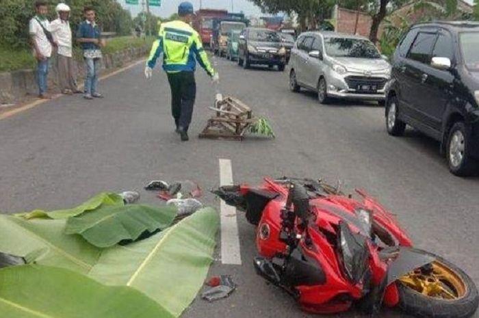 Pengendara Kawasaki Ninja 250 dengan nomor Polisi R-4937-DG tewas ditempat kejadian karena terlindas dua truk.