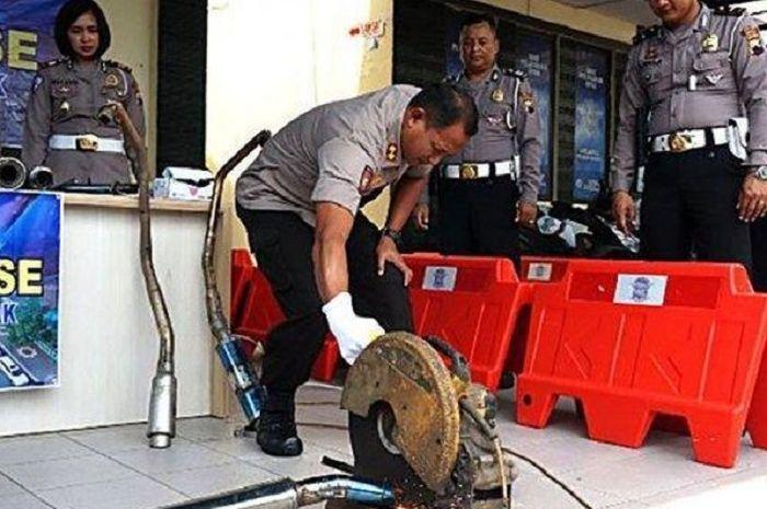 Pemilik kendaraan dengan sukarela memberikan knalpot brong yang tidak sesuai spesifikasi teknis penggunaan kendaraan roda dua di jalan raya.