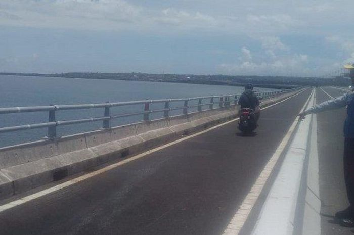 Kecelakaan hingga menewaskan pengendara motor terjadi di Tol Bali Mandara, Denpasar, Bali (1/2/2020).