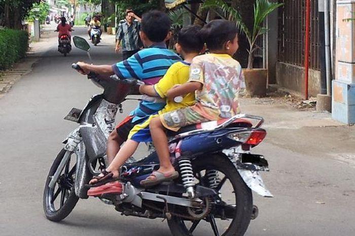 para orang tua yang mengizinkan anaknya mengendarai motor sendiri