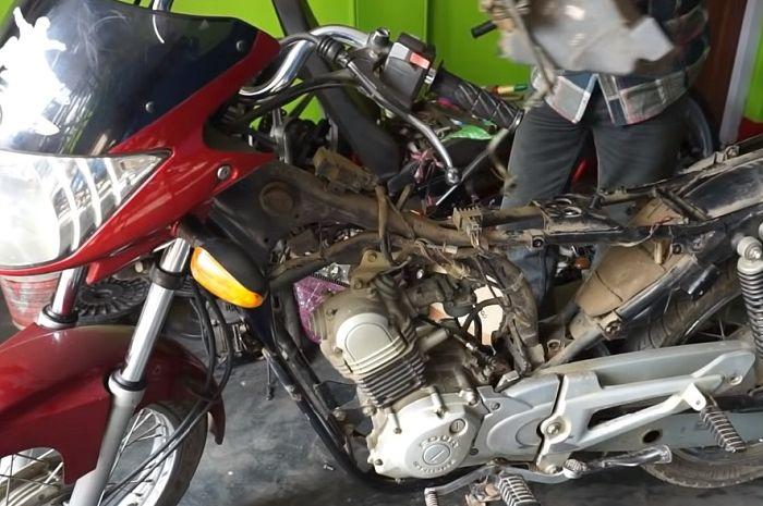 Proses konversi Yamaha Saluto dijadikan motor listrik.