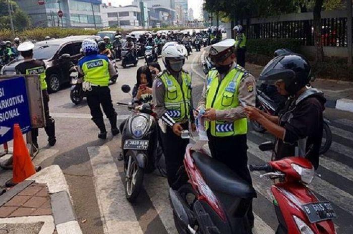 Pengendara yang ditilang harus membela diri kepada polisi karena tak ada lagi sidang di kejaksaan