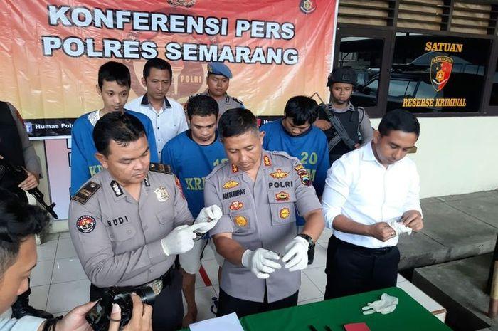 Kapolres Semarang AKBP Adi Sumirat menunjukkan kunci yang digunakan komplotan pencuri sepeda motor asal Mranggen Kabupaten Demak.