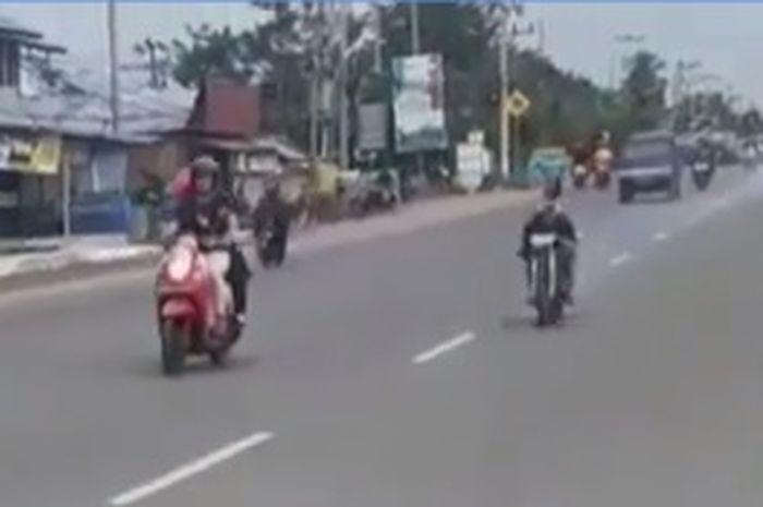 Nekad ! Seorang pemuda setting motor di  jalan raya