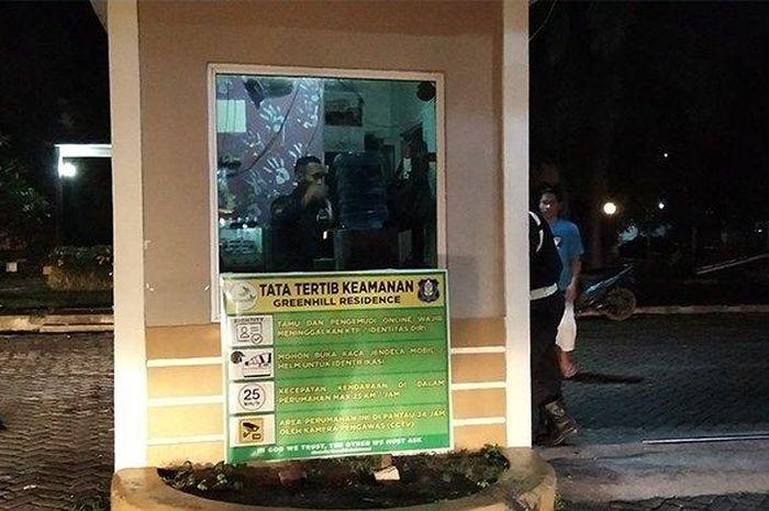 Kondisi pos satpam yang diserang oknum driver ojol