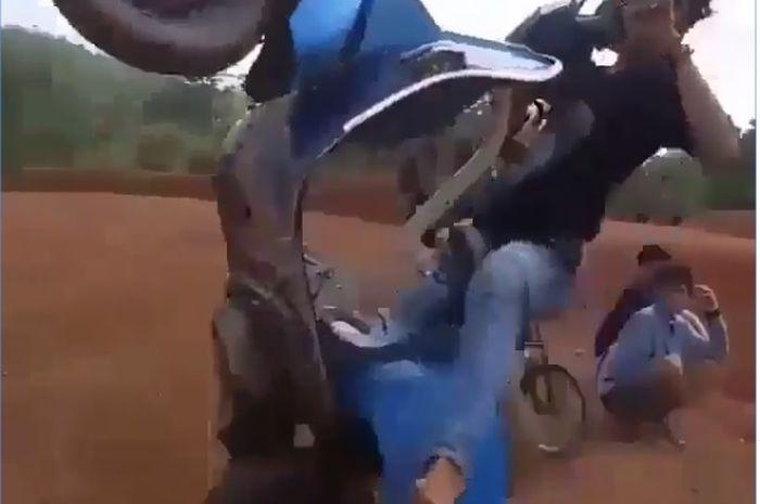 Vespa biru terbang bebas kaya motocross