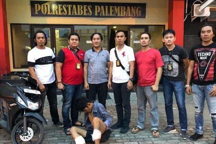 Anggota tekab134 Polrestabes Palembang, ketika melumpuhkan Yanto, pelaku yang resedivis curanmor, Rabu (12/2/2020).