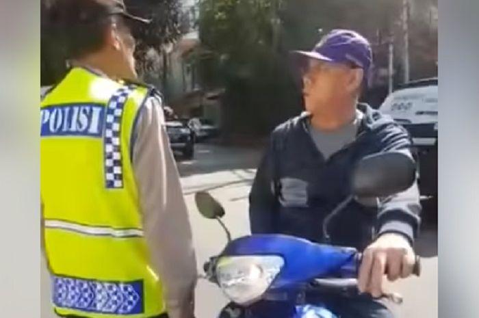 Pemotor melawan arus malah marahi polisi.