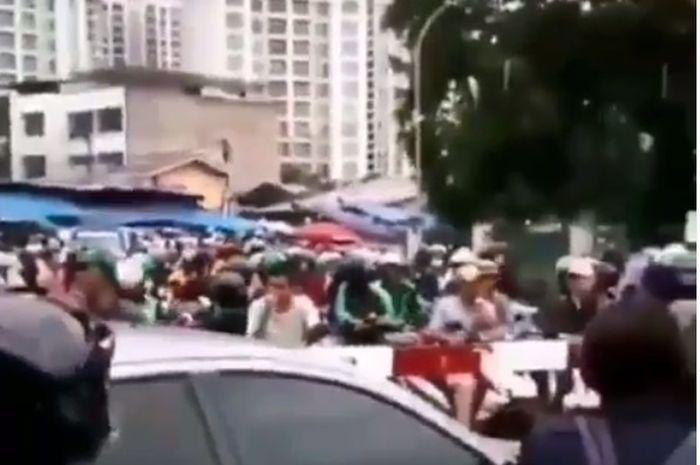 Puluhan pemotor tertahan diperlintasan rel kereta karena padatnya arus lalulintas