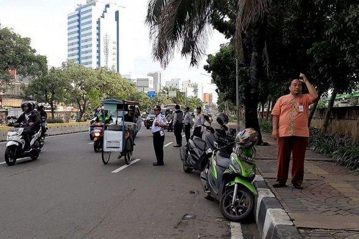 Sejumlah driver ojek online (ojol) dan PKL ditertibkan anggota Dishub di Jalan Gunung Sahari