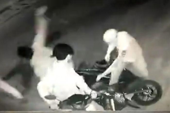 Seorang pengendara Honda Vario tanpa sadar dibuntuti kawanan begal yang naik motor matic bertiga.