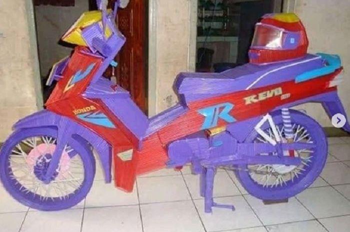 Honda Revo berserta helm dibuat dari limbah sedotan.