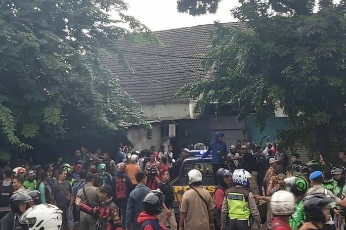 Debt collector bentrok dengan driver ojol di Rawamangun, Jakarta Timur, Selasa (18/2/2020).