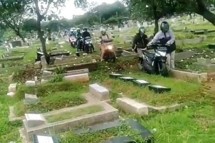 Puluhan Pemotor lewati tengah kuburan Menteng Pulo.