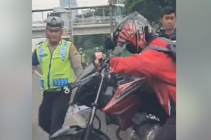 Pemotor kabur disergap polisi karena serobot jalur busway.