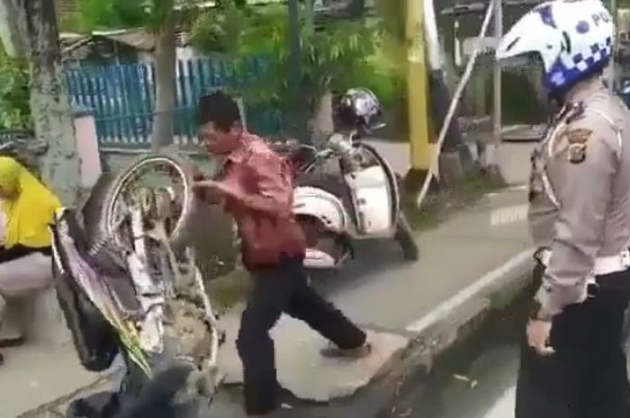 Kejadian unik kembali terjadi, tak terima ditindak polisi seorang bapak ngamuk banting motor sendiri