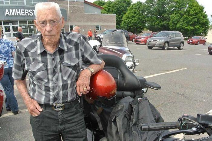 Wymann Betts, pria 100 tahun masih doyan turing jarak jauh naik Honda Gold Wing.