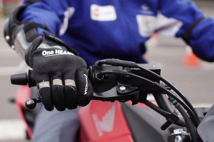 Ini teknik yang benar, hindari mengerem pakai 2 jari saat mengendarai motor. Apa benar konsumsi bensin bisa lebih irit kalau menghentikan motor cuma pakai rem depan?