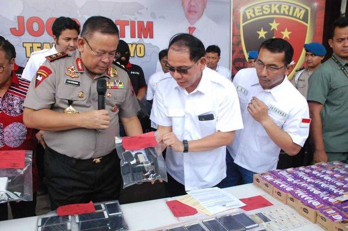 Kapolda Jatim Irjen Luki Hermawan menunjukkan barang bukti kasus akun Gojek palsu, Rabu (26/2/2020).