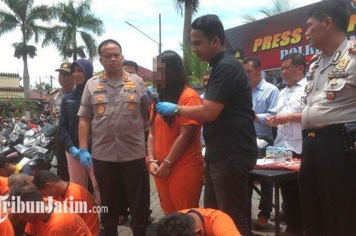Tersangka DK (tengah pakai baju tahanan) ketika diintrogasi oleh Kapolres Malang, AKBP Hendri Umar dan Kasatreskrim Polres Malang, AKP Tiksnarto Andaru, Rabu (26/2/2020).