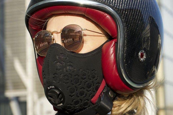 Cewek pakai masker motor (ilustrasi). tidak pakai masker bisa kena denda hingga Rp 1 juta