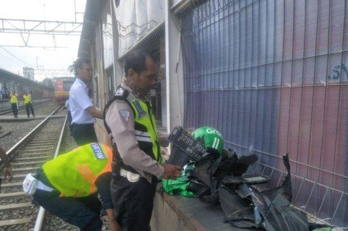 Sepeda motor pengemudi ojek online hancur setelah menerobos palang pintu kereta api, di dekat stasiun Karet, Jakarta Pusat, Selasa (3/3/2020).