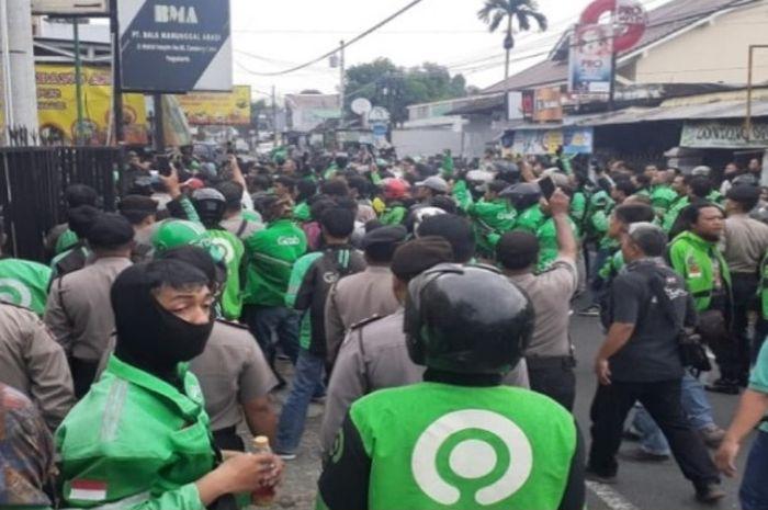 Ratusan driver ojek online gruduk kantor leasing di Sleman