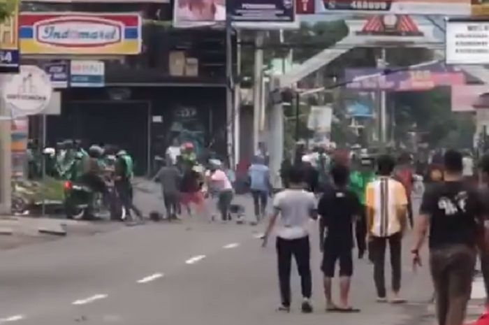 Polisi lepaskan tembakan peringatan bubarkan bentrokan debt collector lawan driver ojol di Sleman.