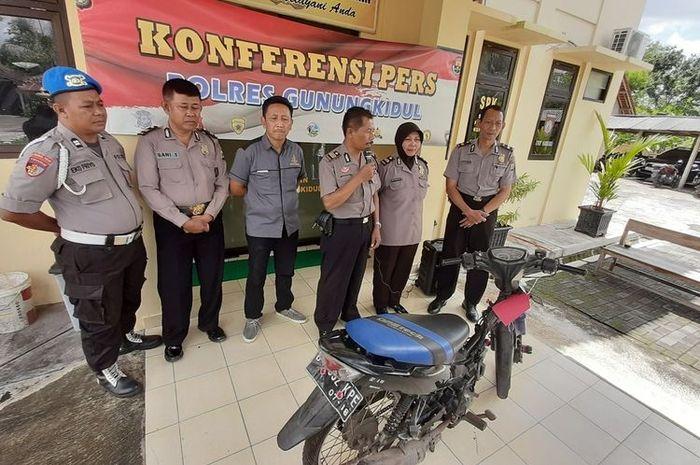 Kapolsek Semin AKP Haryanta (Megang Microphone) Menunjukkan Barang Bukti Pencurian Sepeda Motor yang dilakukan Dua Pelajar Jumat (6/3/2020).