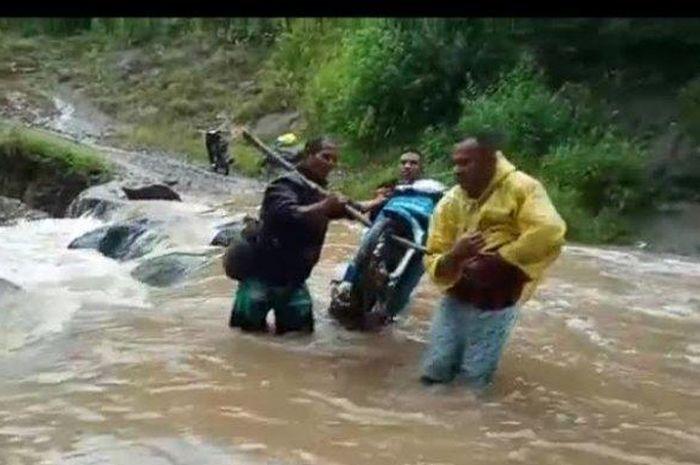 Gambar ilustrasi motor tenggelam di sungai. Menyeberang Sungai Sambil Membawa Motor, Pemuda Ini Tenggelam Hingga Tewas